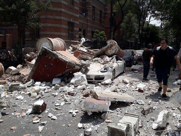 Un fuerte terremoto sacude la capital de México y causa escenas de pánico