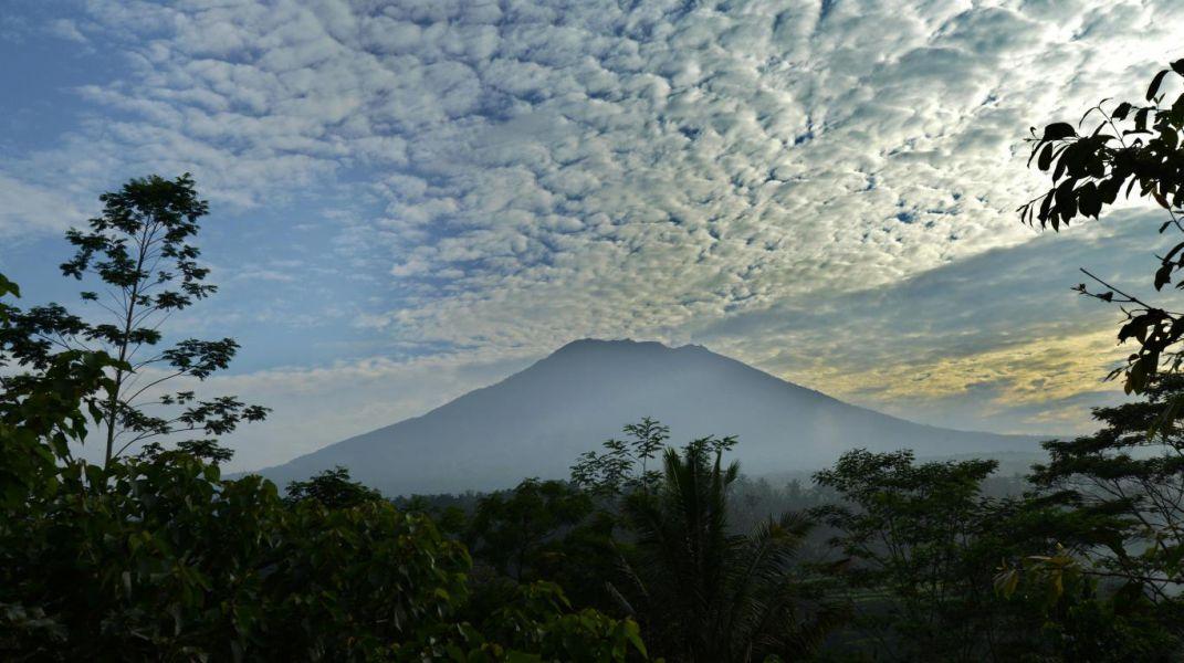 Indonesia prepara sus aeropuertos ante la posible erupción de un volcán en Bali
