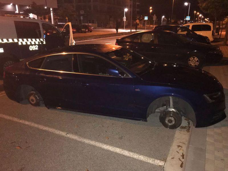 Aparece un coche sin las cuatro ruedas en Pamplona