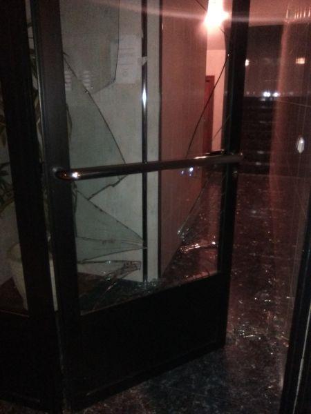 Un joven se corta en la pierna tras romper de una patada el cristal de un portal en San Juan