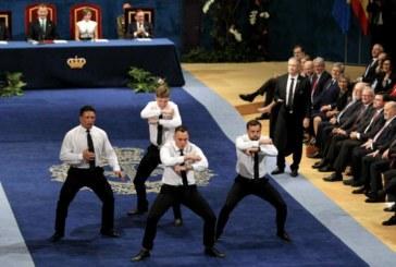 Los All Blacks hacen su haka en el escenario del Campoamor