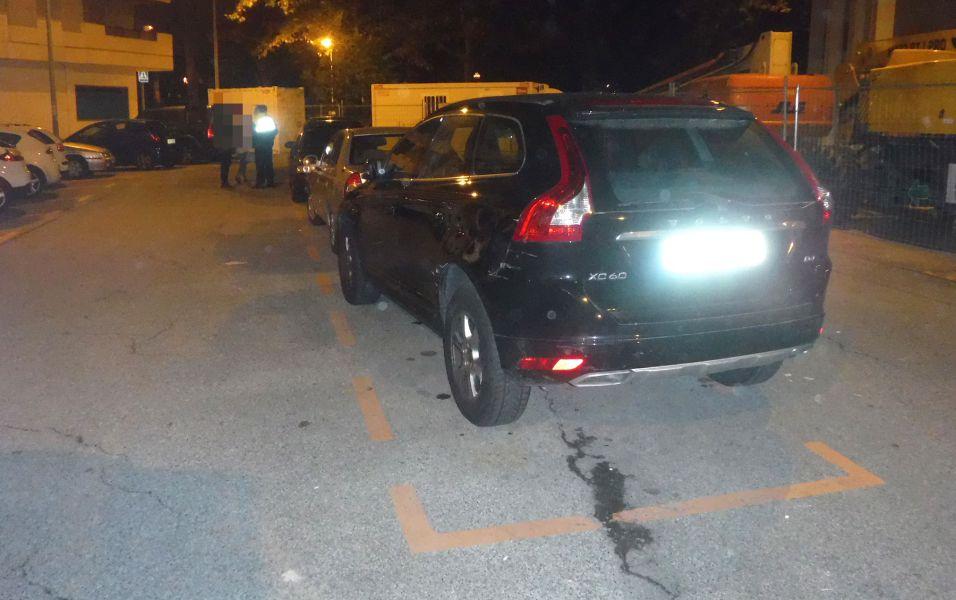 Detenido un joven ebrio al colisionar contra otros vehículos estacionados y darse a la fuga