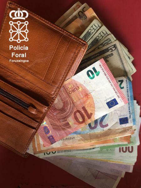 Entrega a la Policía Foral 5230€ y 85$ encontrados en una mochila perdida en Tudela