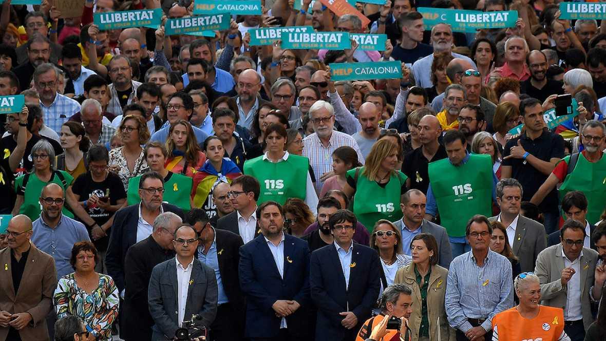 Miles de personas, con el gobierno catalán al frente, protestan en Barcelona contra el 155