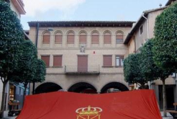 Una gran bandera de Navarra luce en el Ayuntamiento de Sangüesa
