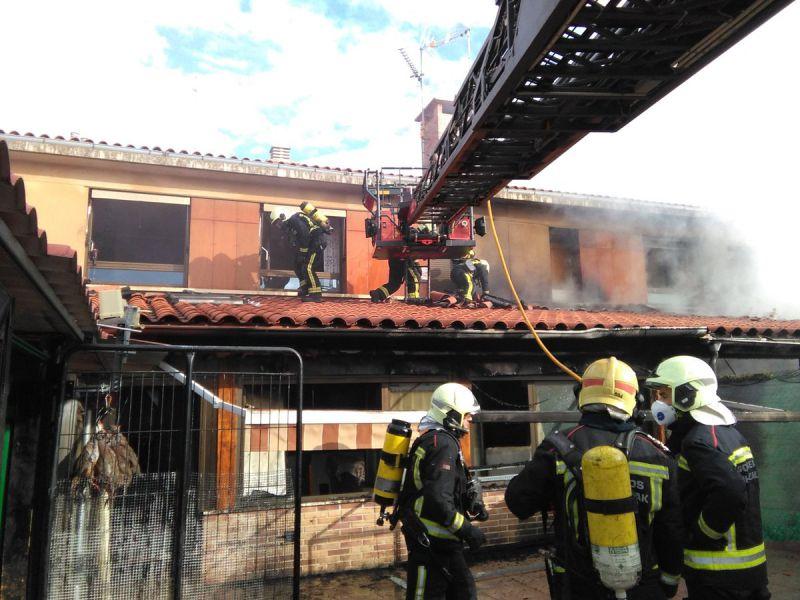 Incendio sin heridos afecta 3 chalés y obliga a desalojo urbanización Tafalla