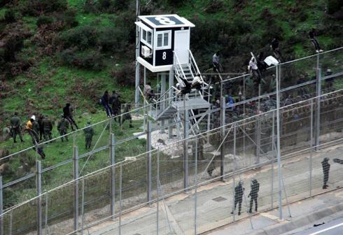 La Guardia Civil, en alerta por más de 1.000 inmigrantes en el entorno Ceuta