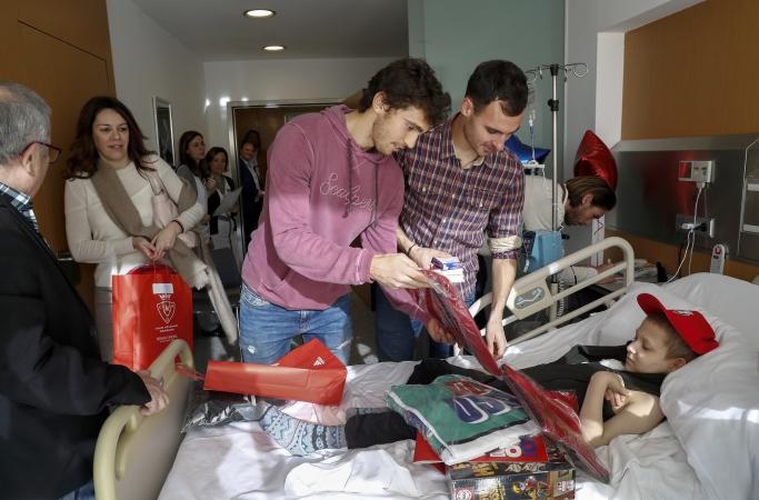 Osasuna lleva la ilusión a los niños hospitalizados de la Clínica Universidad de Navarra