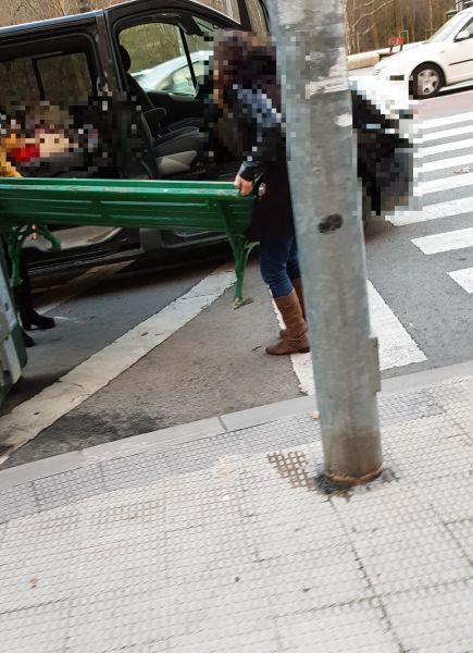 Dos mujeres sorprendidas mientras arrancaban y se llevaban banco de la calle