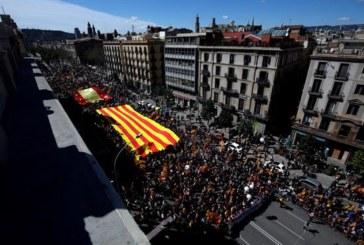 """Miles de personas piden en Barcelona """"seny"""" y un nuevo Govern"""