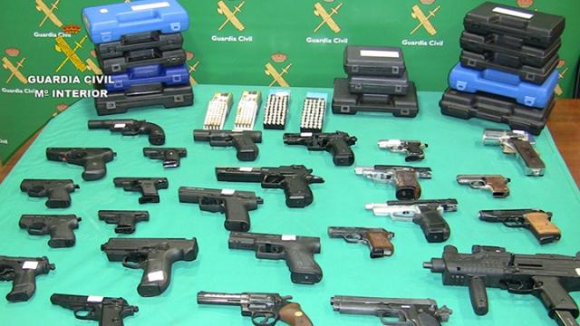 La Guardia Civil desarticula una trama que compraba a través de internet armas detonadoras