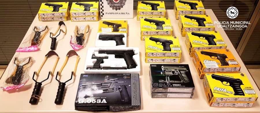 Intervenidos tiragomas perfeccionados y pistolas de juguete de aspecto real
