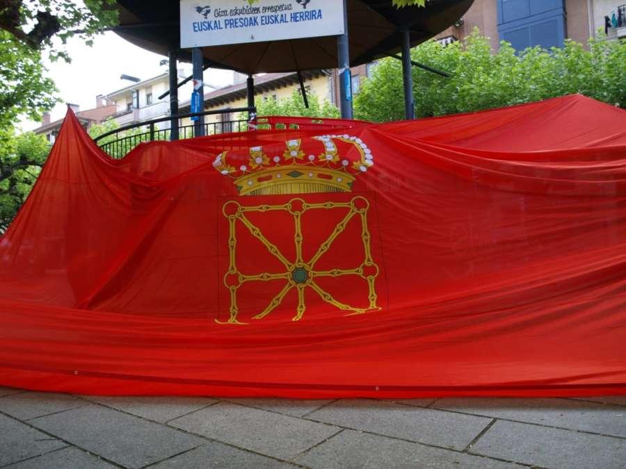 Banderazo: La gran bandera de Navarra llega a Echarri Aranaz y exige la retirada de la ikurriña