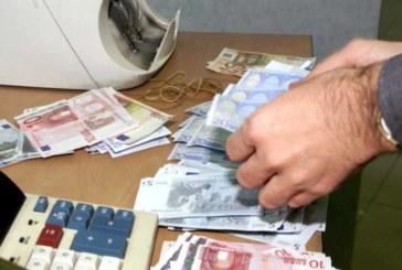 Las mujeres destinan 800 euros más que los hombres al ahorro, según estudio