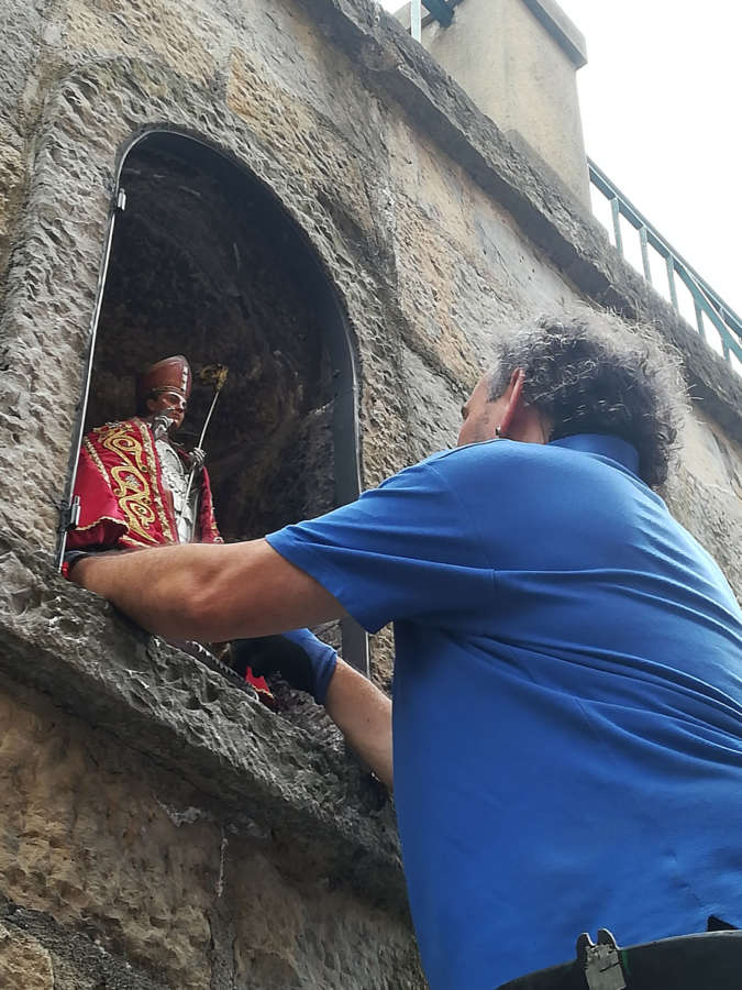Resulta herido grave al caer de la hornacina de San Fermín
