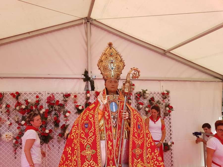 Niños de todas las edades honran a San Fermín en la tradicional Ofrenda Floral. Cedida.