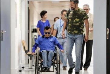 """El doctor Cavadas une a un joven """"partido en dos"""", que ya se sienta sin dolor"""