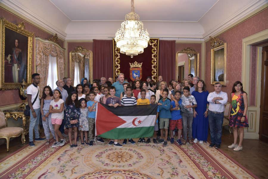 El Ayuntamiento recibe a los niños saharauis que han pasado el verano en Pamplona con familias de acogida