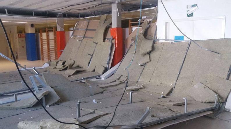 Se viene abajo parte de un falso techo en el gimnasio del colegio Pachi Larrainzar en el barrio de la Rochapea.