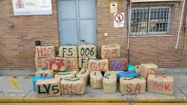 La Guardia Civil recupera 2.407 kilos de hachís tras impedir su alijo en Algeciras