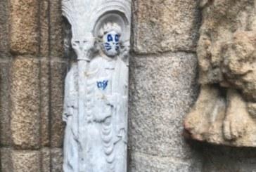 Una escultura de la Catedral de Santiago aparece con una pintada de unos bigotes