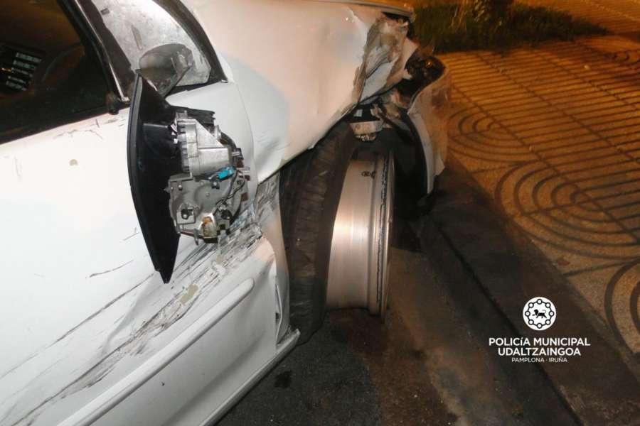 Colisiona contra cuatro coches aparcados y duplica la tasa de alcohol