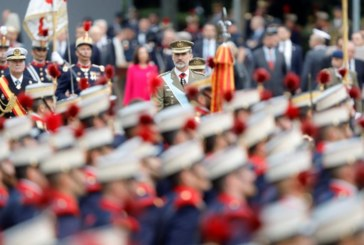Los Reyes presiden el desfile del 12-O tras ser recibidos con vítores y aplausos