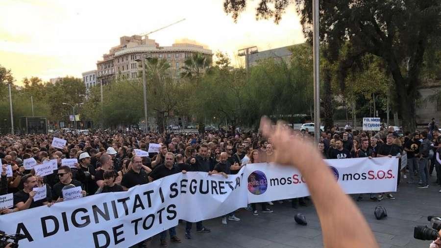 Miles de mozos se manifiestan en Barcelona para protestar por el dispositivo del 1-O