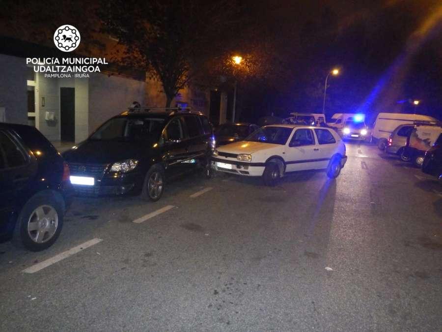 Un conductor mal aparcado choca contra varios vehículos al huir de la policía