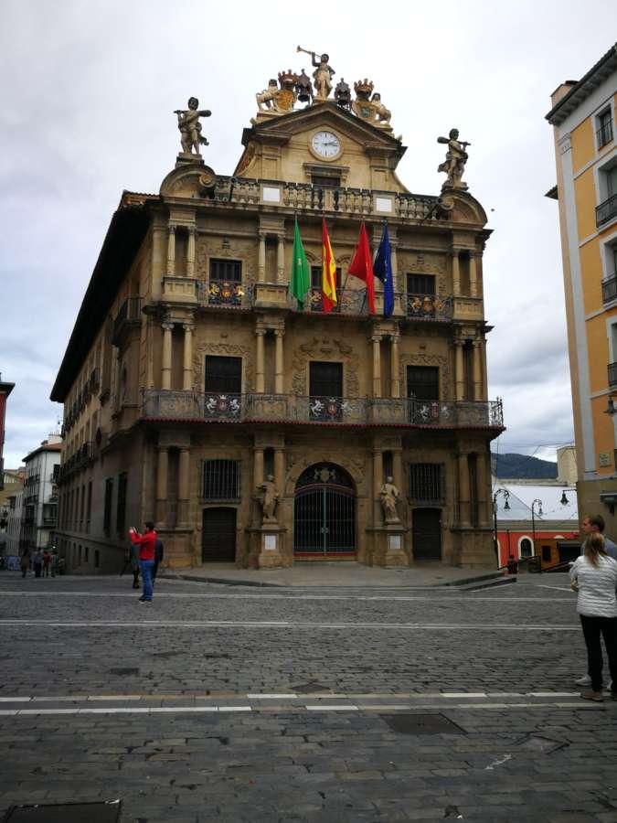 El Ayuntamiento de Pamplona condena los ataques a sedes de partidos