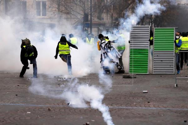 """Al menos 288 detenidos y un centenar de heridos en las protestas de los """"chalecos amarillos"""" en Francia"""
