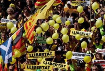 Miles de manifestantes marchan en Barcelona contra el juicio del «procés»