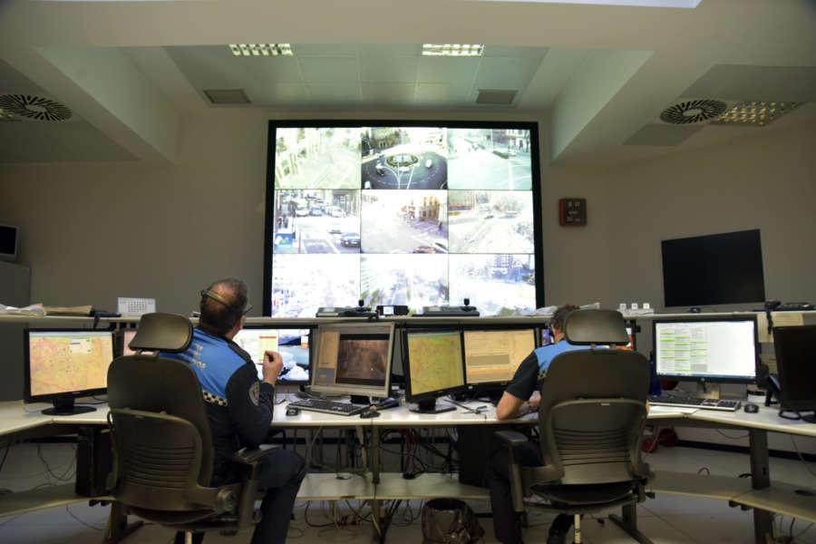 Policía Municipal estrena un videowall donde puede ver en directo las más de 200 cámaras instaladas en Pamplona