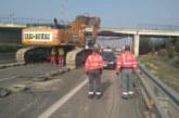 Comienza el derribo del puente de la AP-68 y N-121-C dañado al chocar un camión