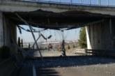 Afecciones al tráfico en la AP-68 y N-121-C al chocar un camión con un puente