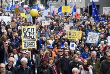 """Cientos de miles de personas se manifiestan por un referéndum del """"brexit"""""""