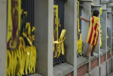 Cataluña: La Junta Electoral da 48 horas a Torra para retirar los lazos amarillos y las 'esteladas'