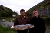 Un pescador de Huarte captura el primer salmón de la temporada en el Bidasoa,