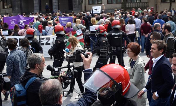 Rivera, entre insultos en el pueblo de Josu Ternera: No nos callarán
