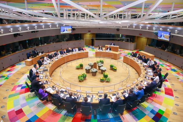 La UE salva el acuerdo sobre el euro, pero deja sin cerrar el relevo de poder