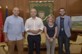 El alcalde de Pamplona recibe a la nueva junta directiva de la Comparsa de Gigantes y Cabezudos