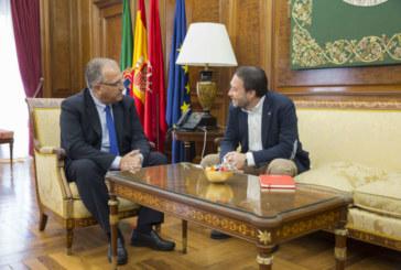 El alcalde de Pamplona recibe al rector de la Universidad Pública de Navarra