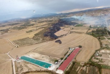 Los bomberos trabajan en la extinción de un incendio en Arróniz (Navarra)