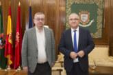 El alcalde de Pamplona conoce de primera mano la actividad de Cáritas en un encuentro con su director, Ángel Iriarte