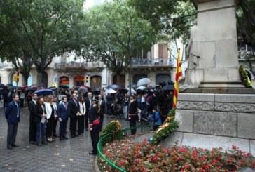 El himno español suena desde un balcón durante la ofrenda floral a Casanova