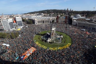 Miles de personas reclaman la independencia en la plaza España de Barcelona