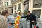 Cientos de catalanes entregan flores y bombones a la Policía Nacional en Barcelona