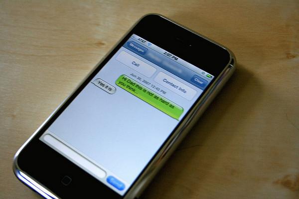 Los españoles prefieren decir las cosas a la cara en vez de por mail o WhatsApp