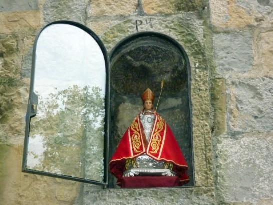 San Fermín retorna a la hornacina de la cuesta de Santo Domingo con nueva puerta de cristal