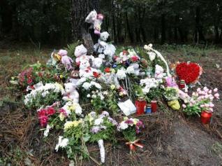 Flores, velas y peluches para Asunta tres meses después de un crimen que conmovió a toda España